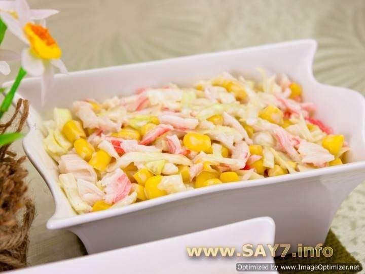 салат с кукурузы капусты крабовых палочек и кукурузы
